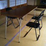 食事用の机と椅子